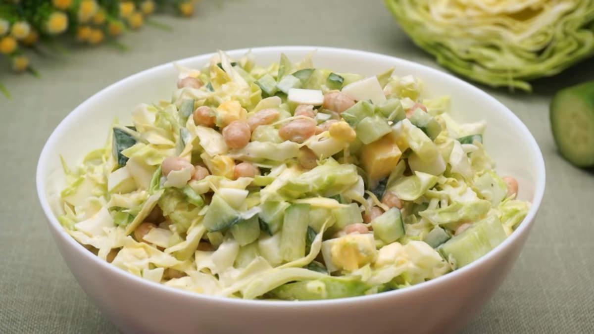 Салат Нур с молодой капустой получился очень вкусным и сочным. Фасоль придает этому салату сытноть. Салат готовится очень просто, быстро и его получается много. Он отлично подходит как дополнение к обеду или ужину, а также на праздничном столе он будет не лишним.