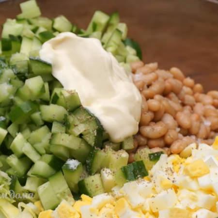 Салат солим  по вкусу и перчим. Заправляем 3 ст.л. майонеза и хорошо перемешиваем. Салат готов, можно подавать на стол.