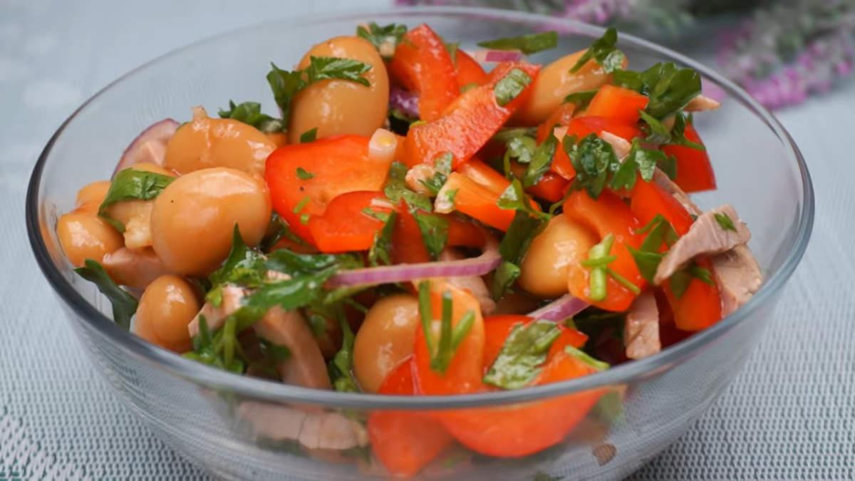Салат по грузински готов, можно подавать на стол.  Салат получился очень вкусным, необычным, и к тому же легко готовится. Все продукты в нем прекрасно сочетаются между собой. Любители остренького также могут нарезать в салат острый стручковый перец.