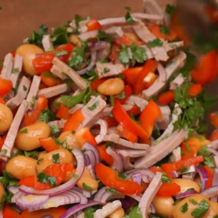 Все хорошо перемешиваем. После приготовления салату желательно дать настоятся хотя бы 2 часа, а лучше целую ночь в холодильнике.