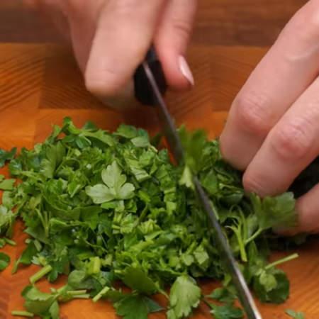 Нарезаем большой пучок петрушки. Вместо петрушки можно взять укроп или другую зелень, которая вам нравится.