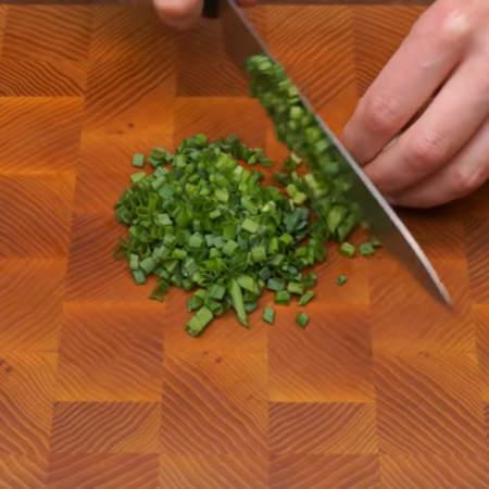 Мелко нарезаем небольшой пучок зеленого лука.