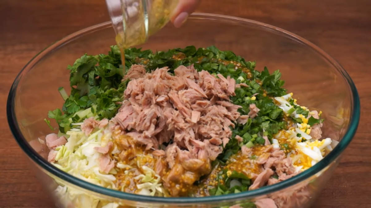 Приготовленным соусом заправляем салат и хорошо перемешиваем.Также салат можно заправить и по своему вкусу сметаной или майонезом.