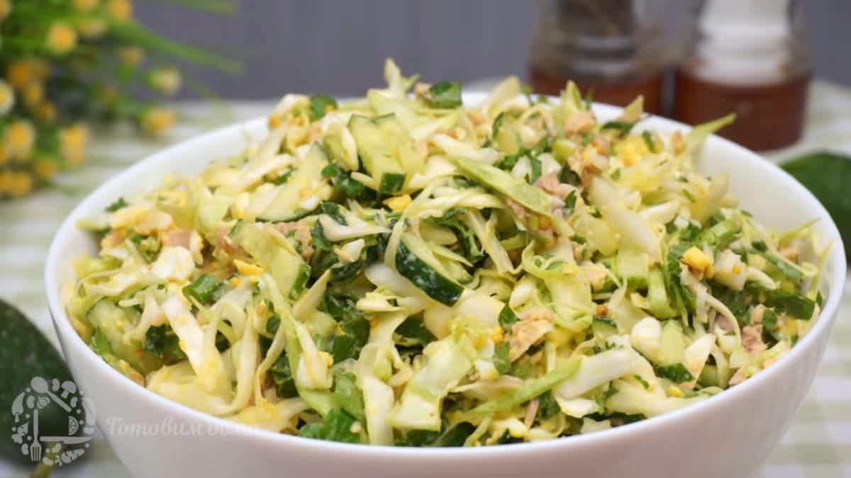 Салат с капустой и тунцом получился легким, очень вкусным и необычным. Готовится он просто и получается его много.