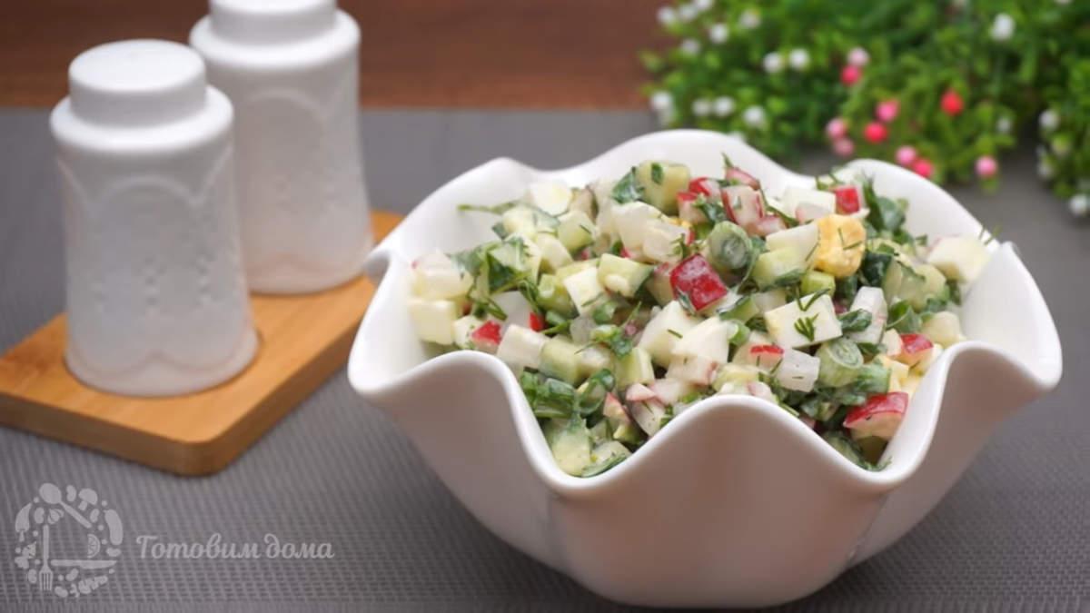 Салат с редиской огурцами и зеленью получился по весеннему свежим и легким. Готовится он несложно и быстро. Обязательно его приготовьте, пока еще сезон редиски в разгаре.