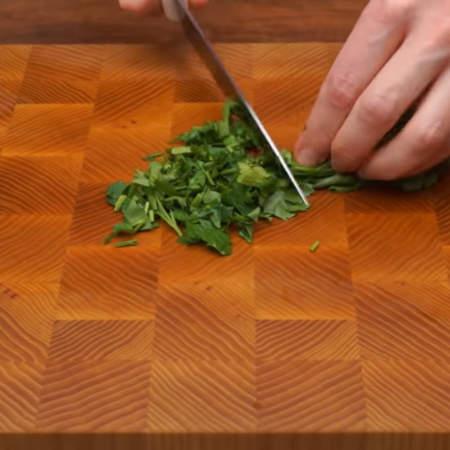Мелко нарезаем небольшой пучок петрушки.