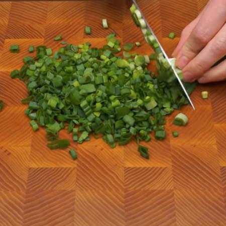 Измельчаем примерно 150 г зеленого лука.