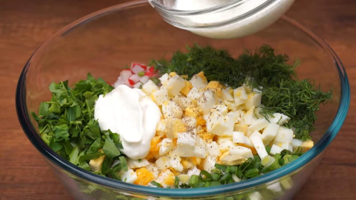 В миску кладем нарезанный огурец, редис, зеленый лук, нарезанные яйца, свежий измельченный укроп и петрушку. Салат солим по вкусу и перчим. Заправляем 2 ст.л. сметаны или густым несладким йогуртом. Все перемешиваем и подаем на стол.