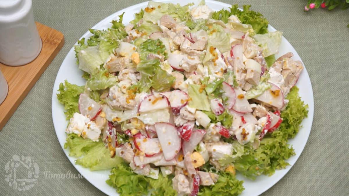 Салат с редисом, сыром и курицей получился очень вкусным и по весеннему свежим. Горчица придает салату более пикантный вкус. Готовится он несложно, а на столе выглядит красиво.