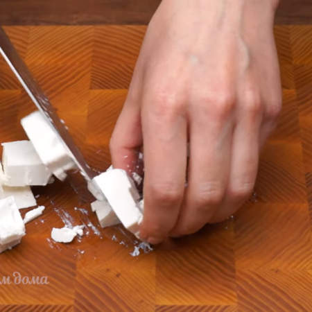 100 г сыра фета нарезаем кубиками. Фету можно заменить адыгейским сыром или сыром рикотта.