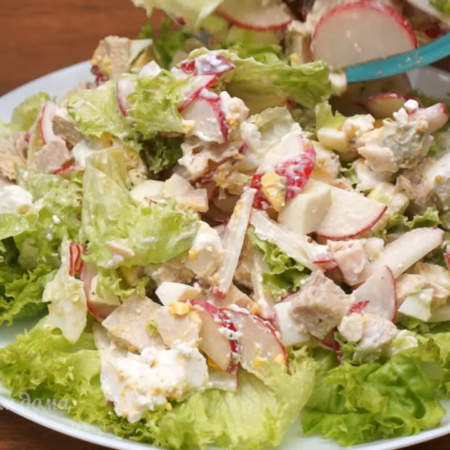 Сверху выкладываем приготовленный салат. Салат готов. Можно подавать на стол.