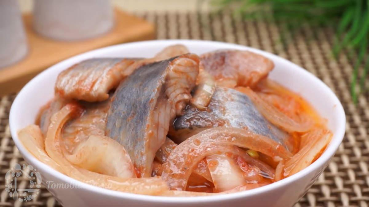 Готовую маринованную сельдь выкладываем в тарелку и подаем на стол. Сельдь по корейски получилась очень вкусная и в меру острая. Готовое блюдо можно подавать с гарниром, например с горячим картофелем или рисом. А можно использовать и как закуску, выложив селедку на небольшие кусочки хлеба.