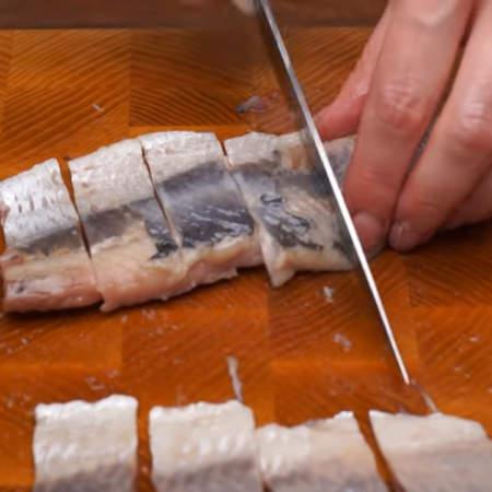 Все 4 филе нарезаем порционными кусками.