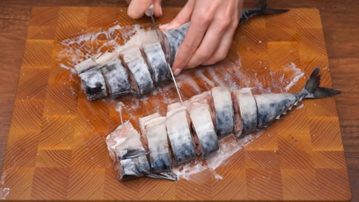 Подготовленные тушки скумбрии разрезаем на порционные куски.