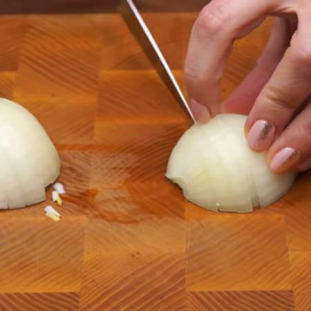 1 луковицу нарезаем полукольцами.