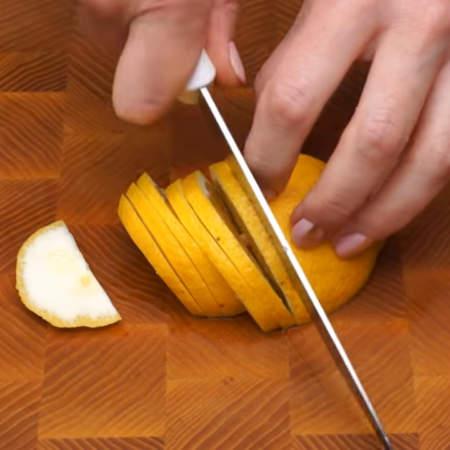 1 лимон тоже нарезаем полукружочками.