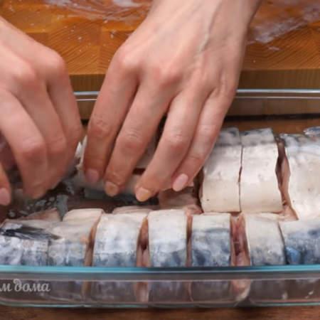Форму для выпечки немного смазываем растительным маслом. В форму перекладіваем нарезанную кусочками скумбрию.