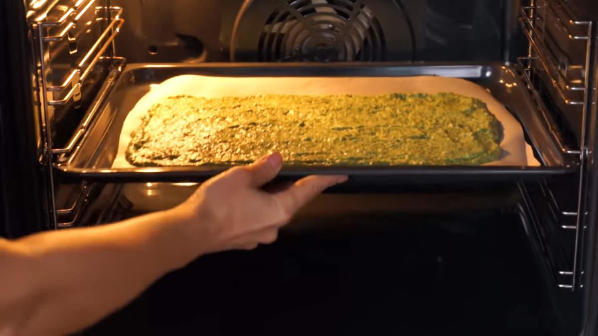 Все ставим в духовку разогретую до 180 град. Выпекаем бисквит 10 минут.  Долго печь не нужно, чтобы не пересушить бисквит. Испеченный бисквит вынимаем из духовки и даем ему остыть.