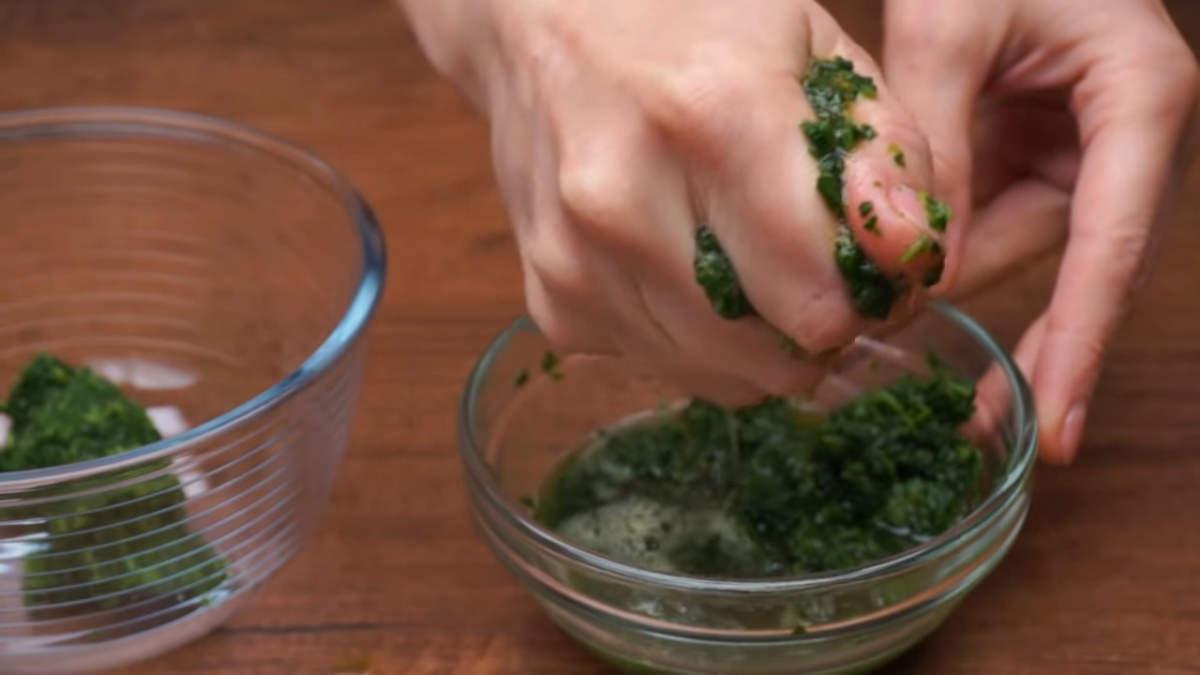 Сначала приготовим бисквитную основу для рулета. 150 г размороженного шпината хорошо отжимаем руками от жидкости. Также можно использовать и свежие шпинатные листья, но тогда их отжимать не нужно.