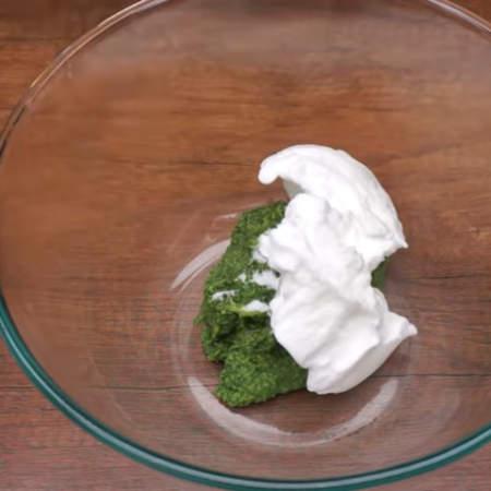 В миску кладем шпинатную смесь и добавляем примерно третью часть взбитых белков. Все хорошо перемешиваем.