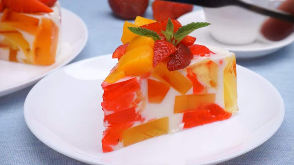 Торт без выпечки из желе получился очень вкусным и красивым. Готовится он несложно и из самых доступных продуктов. Обязательно приготовьте такой необычный торт, он точно понравится всем вашим гостям.