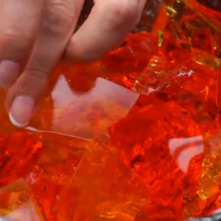 Стараемся по краям формы класть меньше всего желейных кубиков.