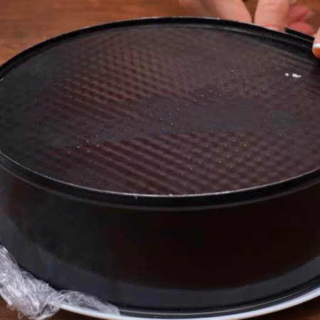 Торт застыл. Форму накрываем большой тарелкой и переворачиваем на нее торт.