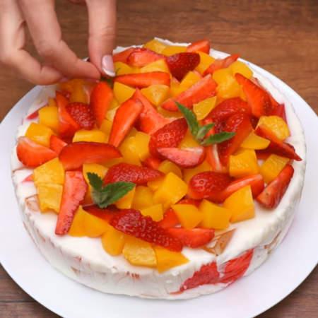 В самом конце торт украшаем листиками мяты. Торт готов, можно подавать на стол.