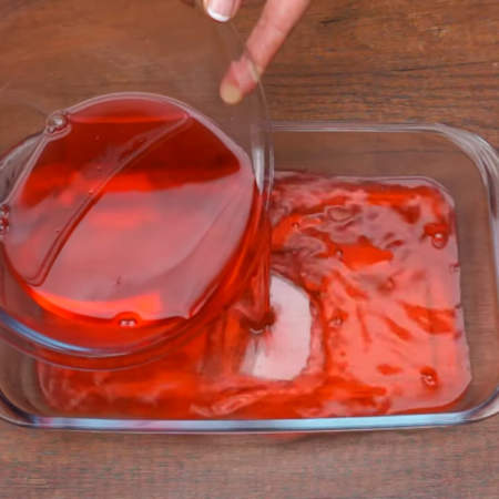 Когда все растворится, горячее желе переливаем в широкую посуду с плоским дном и высокими бортиками.
