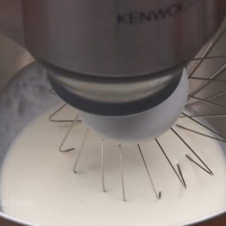 В чашу миксера наливаем 200 мл сливок жирностью не меньше 30 %. Сливки начинаем взбиваем на маленькой скорости и постепенно увеличиваем ее до максимума. Сливки обязательно должны быть холодными, только из холодильника, а чаша и венчики чистыми и сухими.