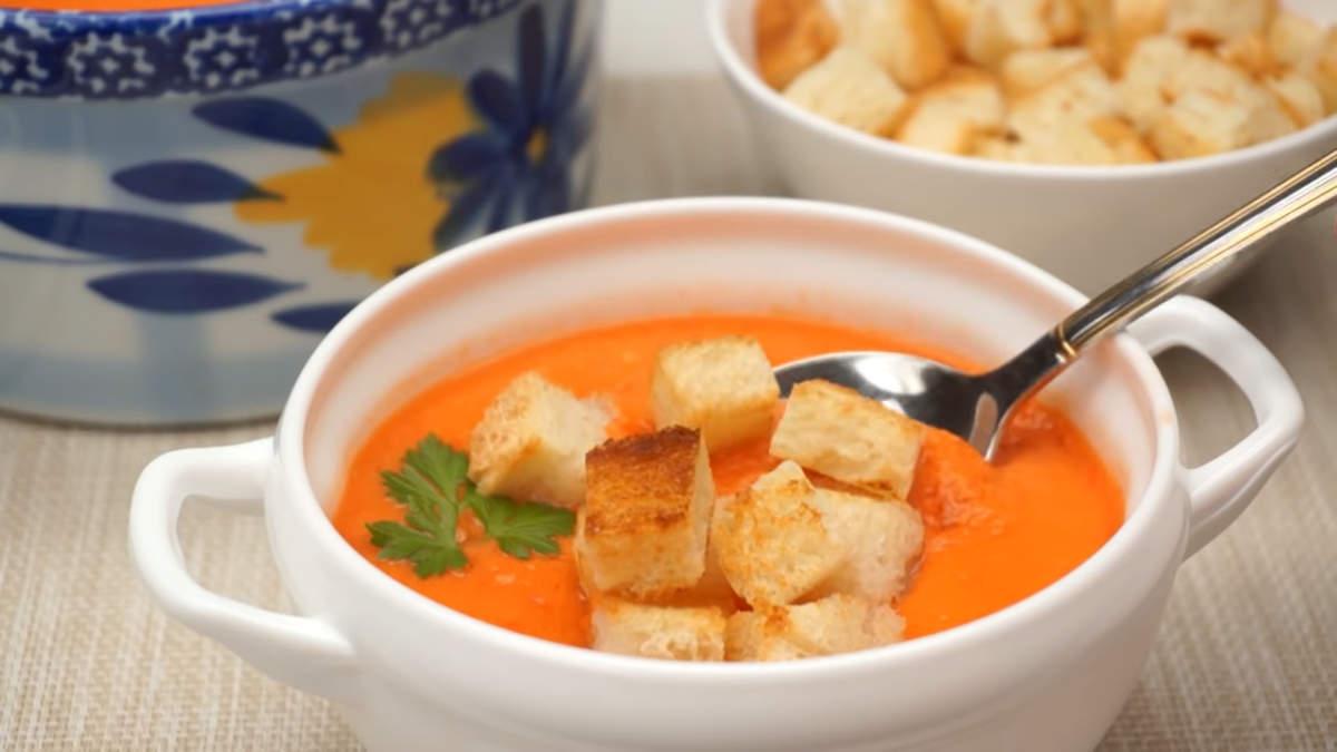 Холодный суп гаспачо уже настоялся, подаем его на стол с хрустящими сухариками. Суп гаспачо получился ароматный с насыщенным томатным вкусом. Это отличный вариант первого блюда для жаркого лета.