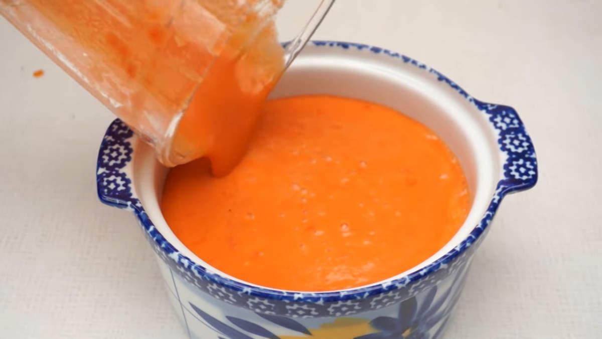 Готовый суп переливаем в кастрюлю, накрываем крышкой и ставим настаиваться в холодильник на 1 час.