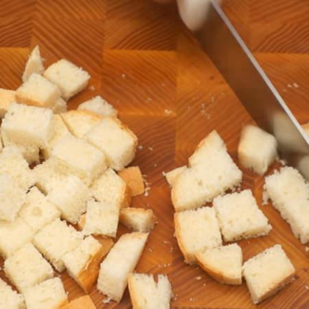 Пока настаивается суп, приготовим сухарики. Примерно 3 ломтика хлеба нарезаем небольшими кубиками.