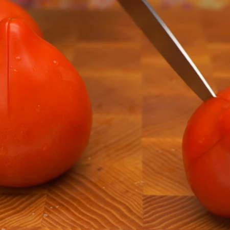 Для гаспачо нам понадобится пол килограмма свежих помидоров. Для того, чтобы снять с них кожицу, делаем неглубокий крестовидный надрез на каждом помидоре,