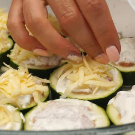 Тертым сыром посыпаем кружочки цукини с фаршем.