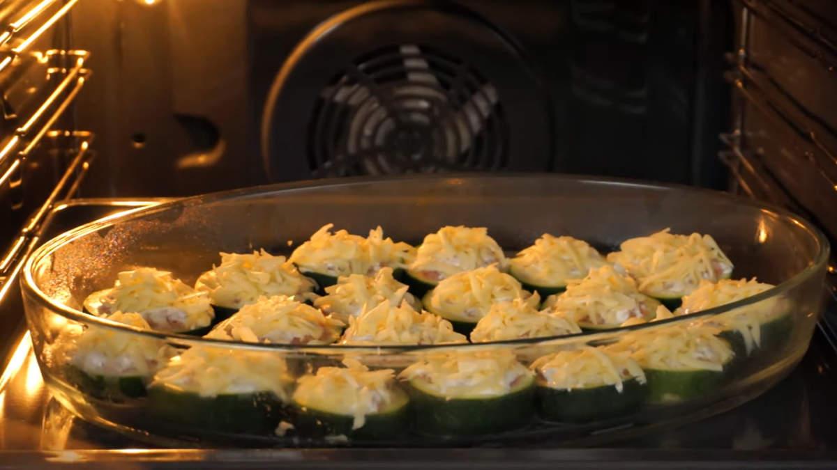 Форму ставим в разогретую духовку до 180 градусов. Запекаем примерно 40 минут.