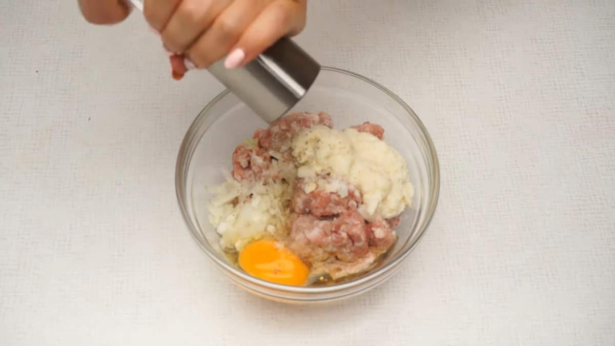 Теперь приготовим начинку. Берем 300 г свиного фарша, к нему добавляем нарезанный лук, размякший хлеб с молоком, разбиваем 1 яйцо, солим по вкусу и перчим. Все перемешиваем до получения однородной массы.