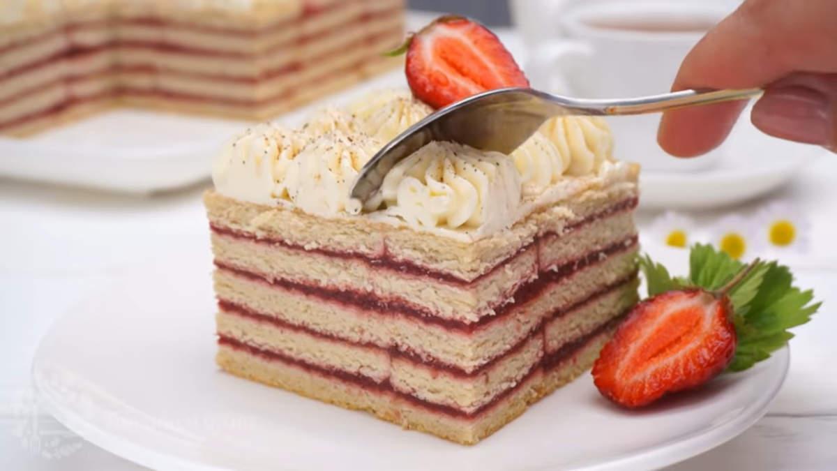 Торт получился очень вкусным и необычным. В нем хорошо сочетается сладкое песочное печенье и клубничное пюре с кислинкой. Обязательно приготовьте такой тортик, его очень легко готовить и не нужно ничего печь.