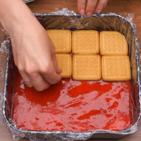 На пюре опять кладем слой из печенья, стараясь класть его на поверхность пюре, не вдавливая. Так складываем весь торт.
