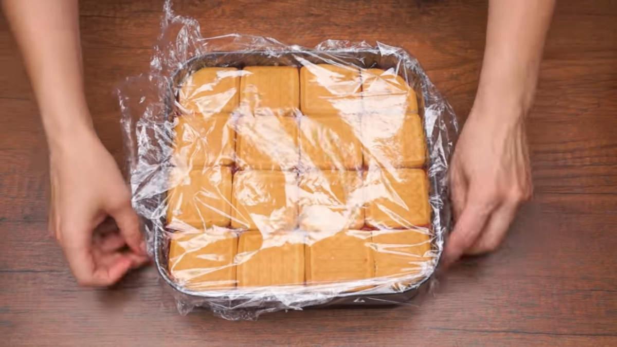 Торт накрываем пищевой пленкой и ставим в холодильник застывать минимум на 2 часа.