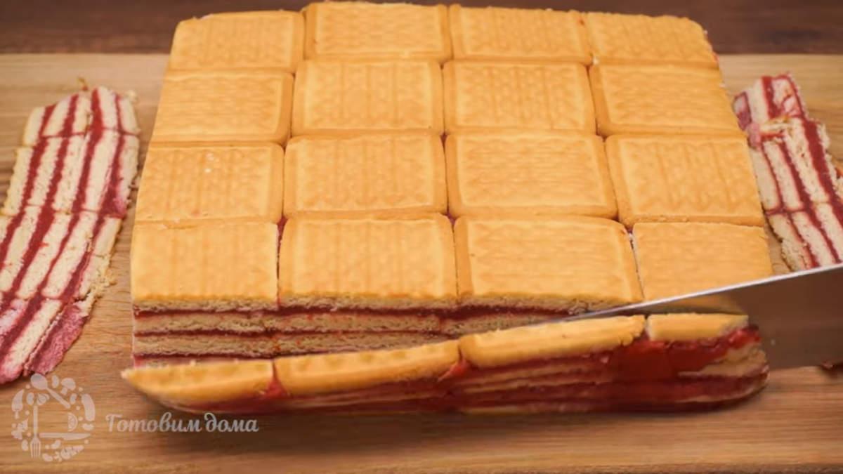 Торт застыл, вынимаем его из формы и переставляем на доску. Обрезаем края торта, так он будет выглядеть красивее и аппетитнее. Торт переставляем на блюдо, на котором будем подавать его на стол.
