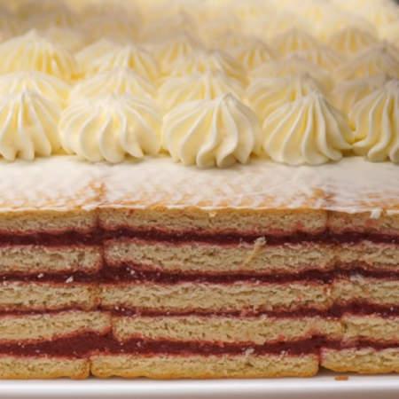 Отсаживаем звездочки по всей верхней части торта.