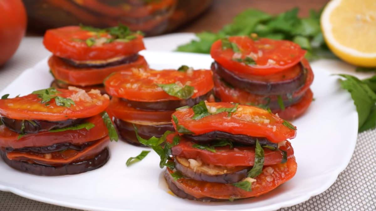 Закуску можно подавать по разному. Выставить башенками на тарелке или подать как салат. Также ее можно выложить на хлеб. Закуска с баклажанами и помидорами получилась очень вкусная и в меру острая. Готовится она очень легко и всем нравится. Такая закуска отлично подходит как на каждый день, так и на праздничный стол.