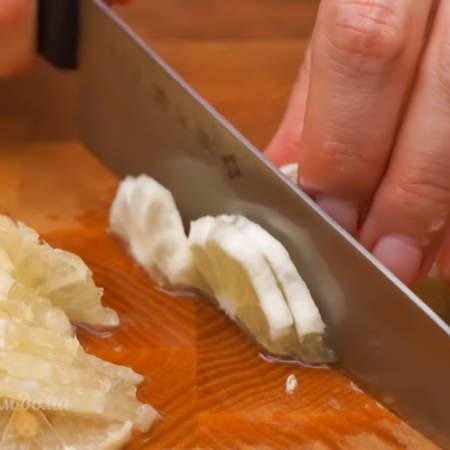 Очищенный лимон разрезаем пополам и обе половинки нарезаем тонкими полу кружочками. Если попадаются семена, то вынимаем.