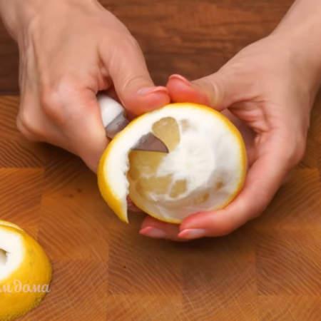 С 1 лимона срезаем кожуру. Стараемся срезать вместе с белой частью, чтобы осталась одна мякоть без пленок.