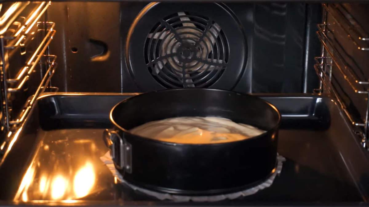 Бисквит ставим в духовку разогретую до 180 град. Печем 30-35 минут.