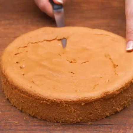 Испеченный остывший бисквит вынимаем из формы.