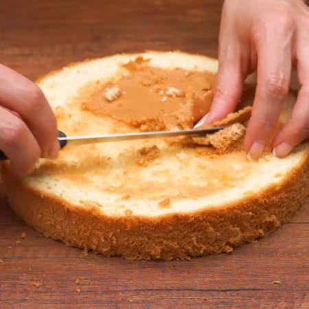 Сверху бисквит выравниваем ножом и срезаем верхнюю корочку.
