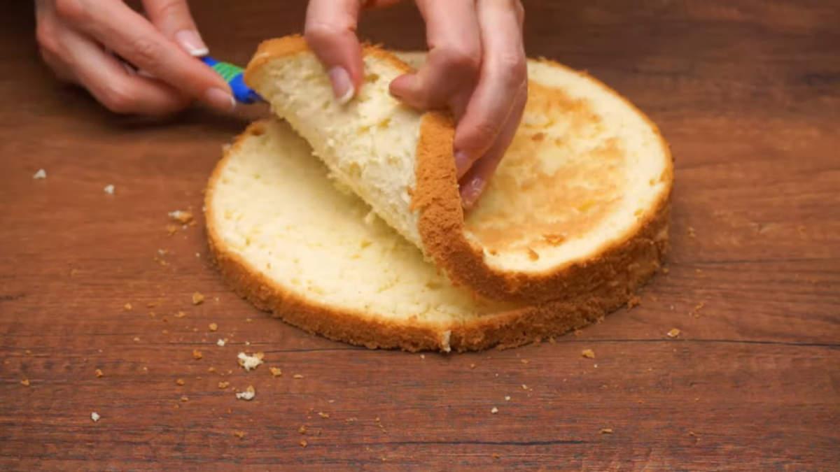 Бисквитный корж разрезаем на 2 одинаковые части.