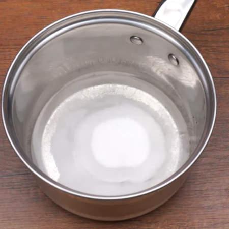 В сотейник наливаем 100 мл воды и насыпаем 100 г сахара.